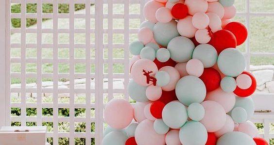 arboles de navidad con globos