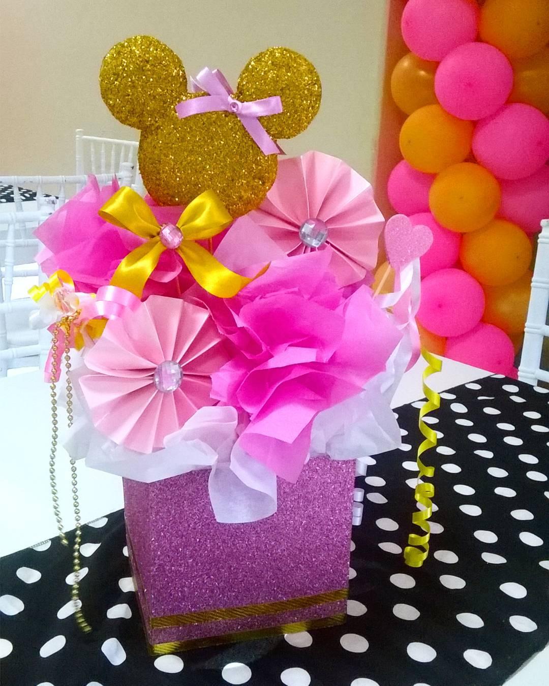 centros de mesa de minnie rosa y dorado