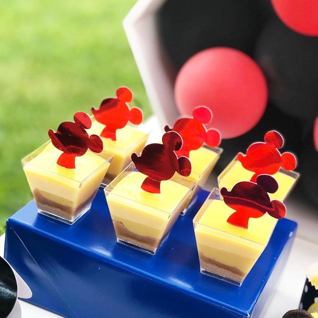 como hacer una mesa de dulces de mickey mouse