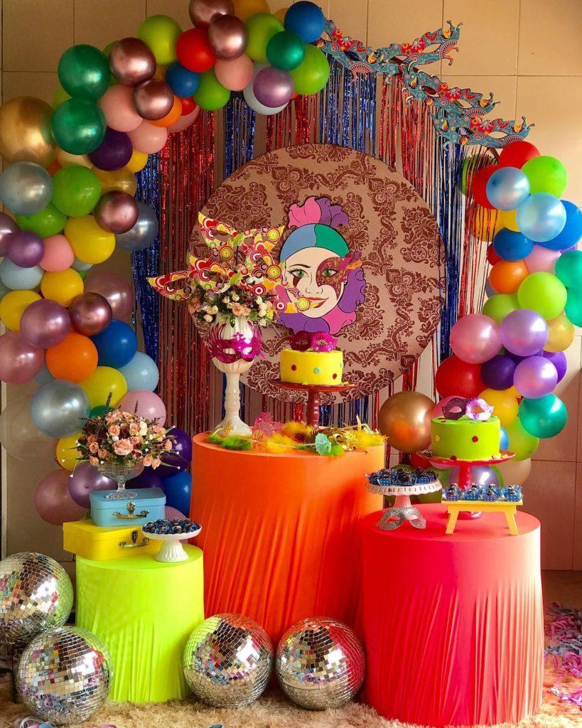 arcos con globos de carnaval